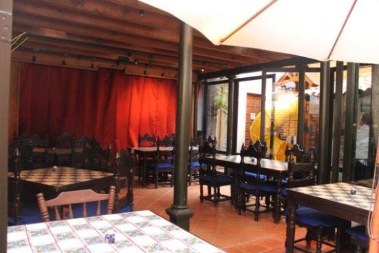 Restaurant teatro los pajaros azulejos directorio le n for Restaurant los azulejos df